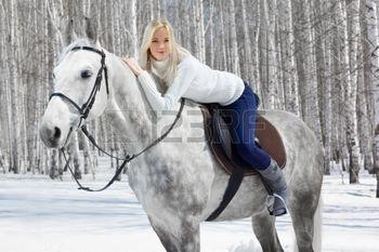 9599431-portrait-en-plein-air-de-jeune-fille-belle-blonde-assise-sur-cheval-p-le-dans-la-for-t-d-hiver-ensol